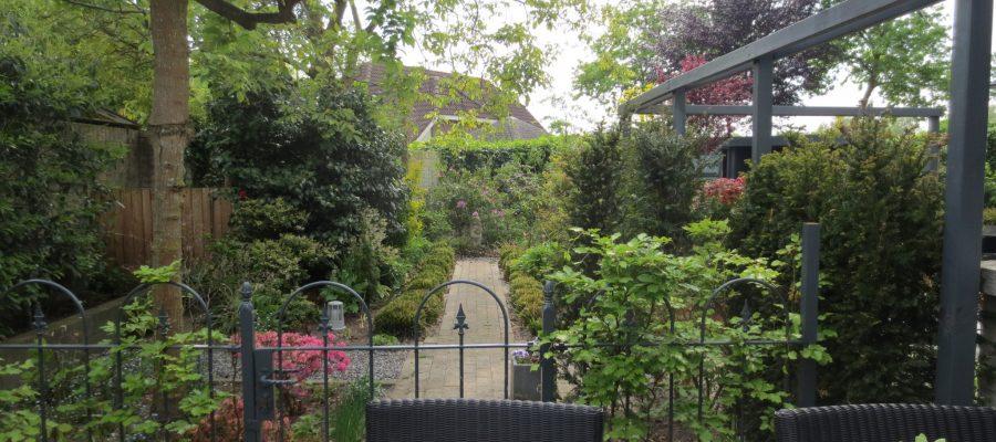 Vanaf het terras uitzicht op de tuin
